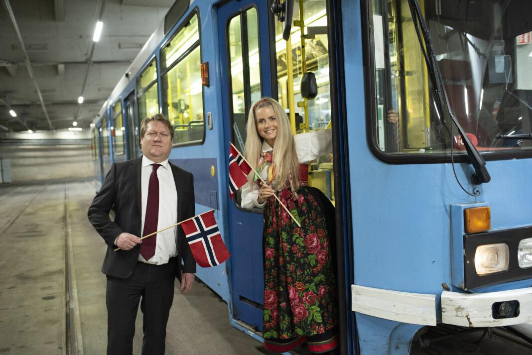 Politisk redaktør Eirik Mosveen og journalist Maren Wilberg Rostad blir programledere for AOs trikkesending 17. mai.