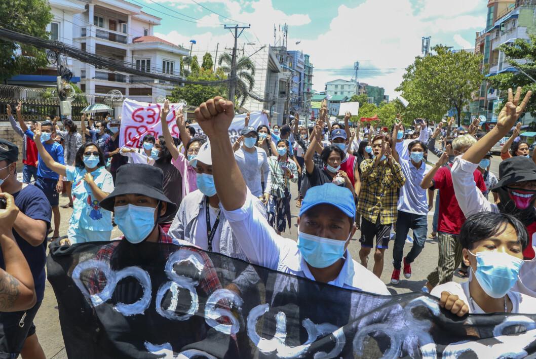 Protestene mot militærkuppet i Myanmar fortsetter, her fra en protest i Yangon onsdag.