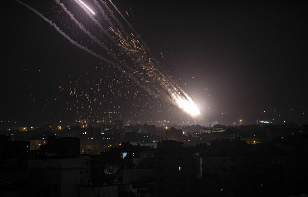 Hamas og andre militante grupper har de siste dagene avfyrt over 1.600 raketter fra Gazastripen. To videoer postet av statsminister Benjamin Netanyahus talsmann, Ofir Gendelman, viser seg imidlertid å være flere år gamle og fra Syria.