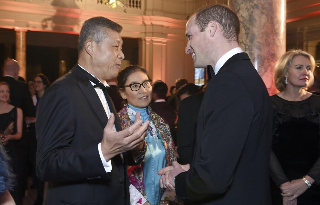 Kinas tidligere ambassadør til Storbritannia Liu Xiaoming (t.v.) i samtale med Storbritannias prins William i London for noen år tilbake. Liu Xiaoming er svært aktiv på vestlige sosiale medier, som Twitter og Facebook, som begge er forbudt i Kina.