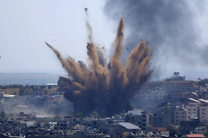 Røyk stiger etter et israelske luftangrep på en bygning i Gaza.