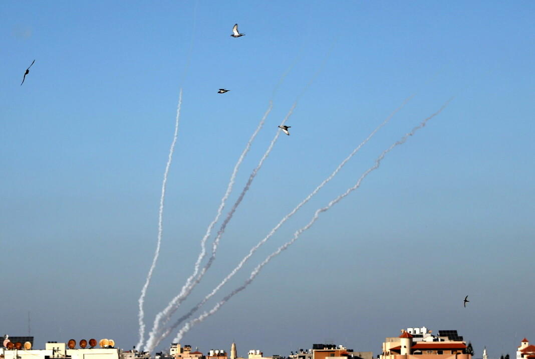 Militante palestinere har skutt flere hundre raketter mot Israel de siste dagene. Bildet viser raketter skutt opp fra Gaza.