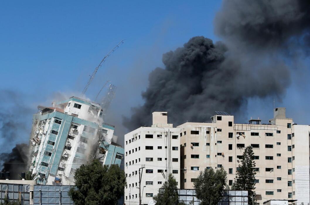 Her ramler bygningen hvor nyhetsbyrået AP holdt til, sammen etter et israelsk angrep.