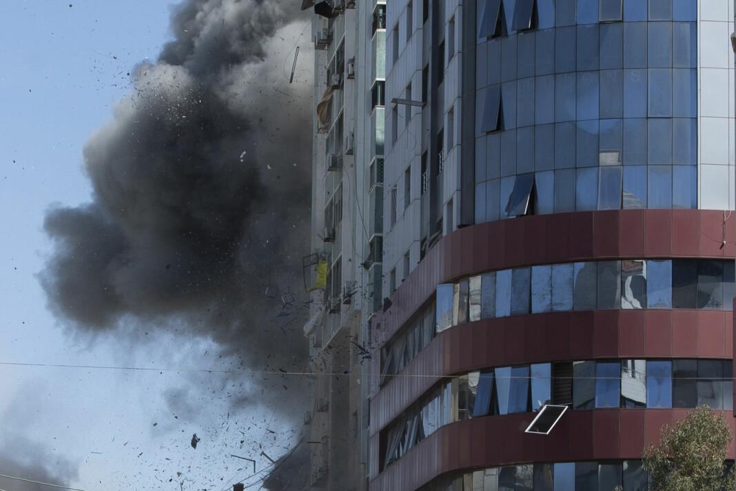 Et israelsk luftangrep treffer Jala Tower lørdag, kort tid før høyhuset raser sammen. Al Jazeera var blant mediene som holdt til i bygningen.