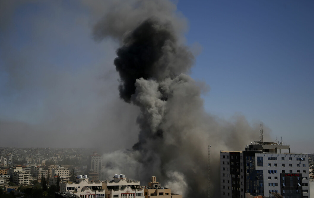 Røyk stiger opp etter angrepet mot bygningen som inneholdt kontorene til blant annet nyhetsbyrået AP og Al Jazeera i Gaza by lørdag.
