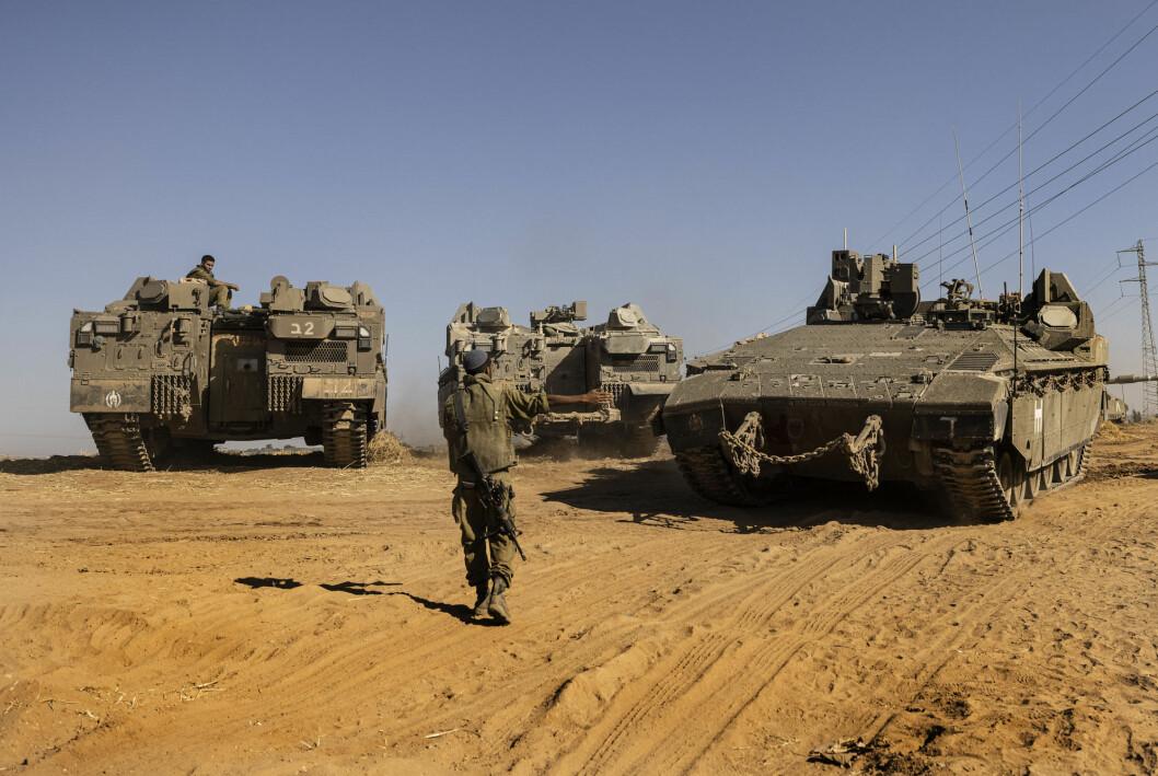 Israelske soldater med panservogner på grensen mot Gazastripen. Så langt har ikke Israel gått inn med bakkestyrker i det palestinske området, slik det ble meldt sent torsdag kveld.