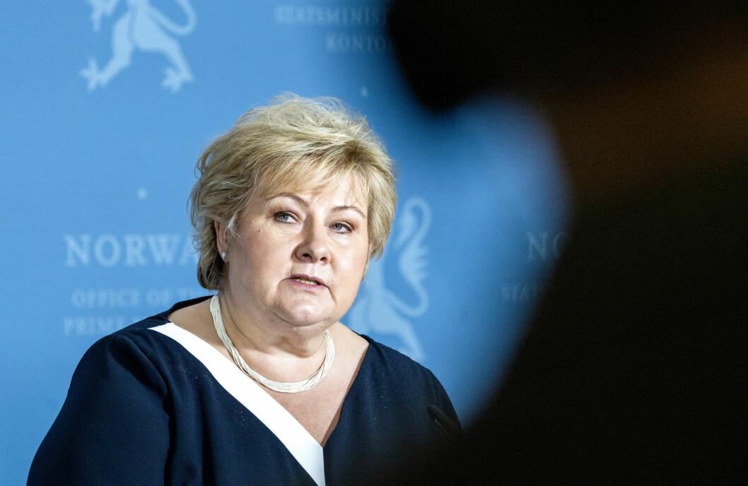 Statsminister Erna Solberg (H) fordømmer angrep på sivile, men vil ikke ta stilling til bombingen av et mediebygg i Gaza by.