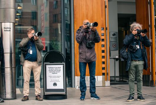 Fotografer på plass foran inngangsdøra til Oslo tingrett.