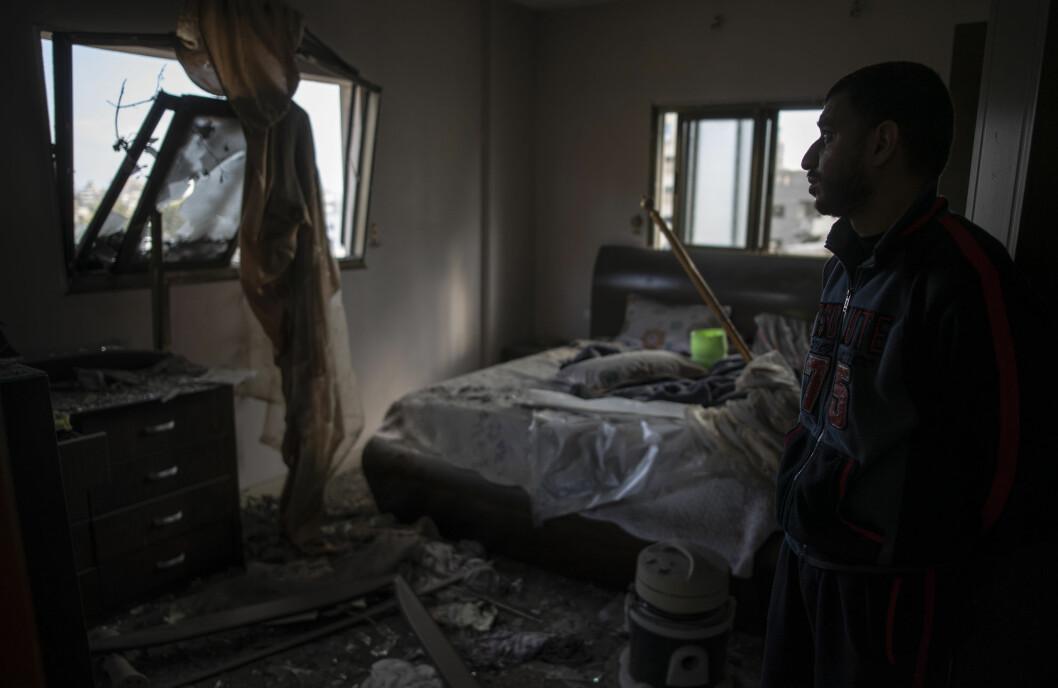 Israels bombing av Gaza fortsatte i morgentimene onsdag. Bildet viser et soverom som er delvis ødelagt av en eksplosjon.