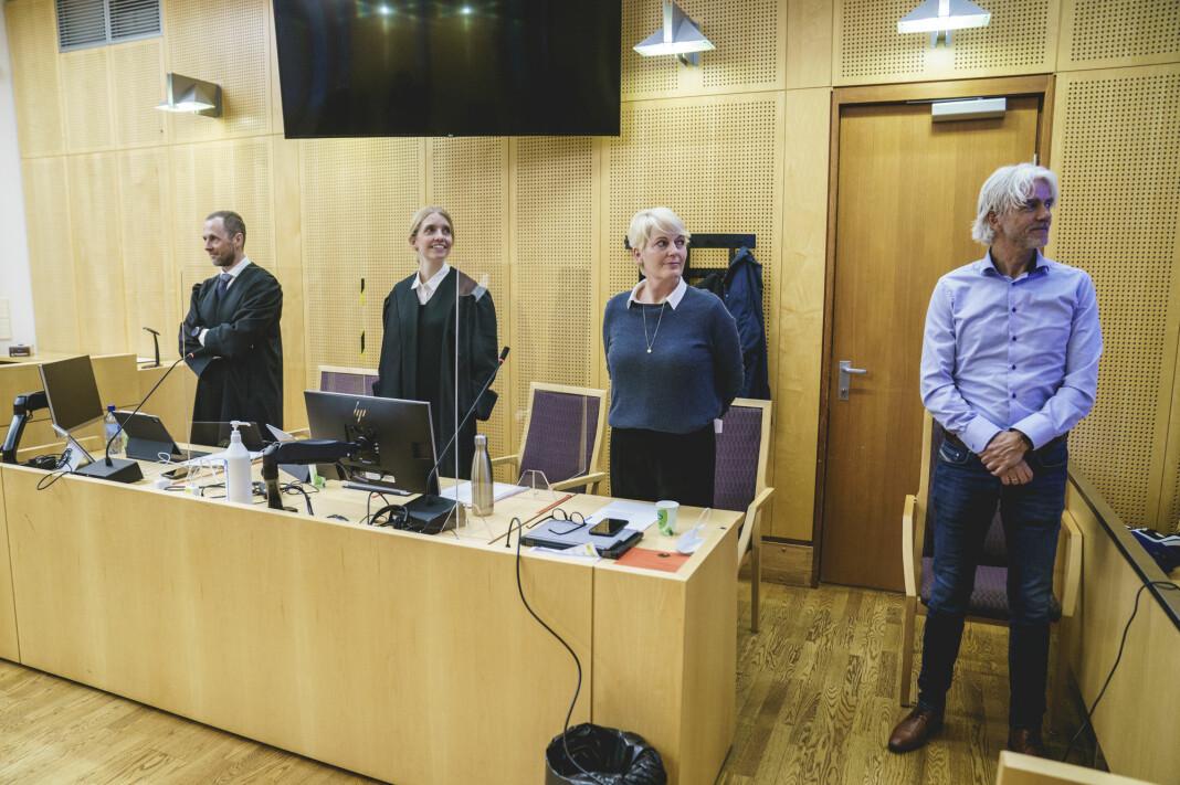 Sportsredaktør Egil Sundvor (t.h.) og direktør Vibeke Fürst Haugen forklarte seg i retten onsdag. NRKs advokater Anders Stenbrenden og Johanne Langaas til venstre.