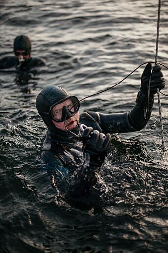 Dykkerne følger lina helt ned til ballen som er plassert ut på 15 meter. Der blir de liggende og se opp på båten før de sakte stiger opp mot land igjen når kroppen er tom for oksygen.