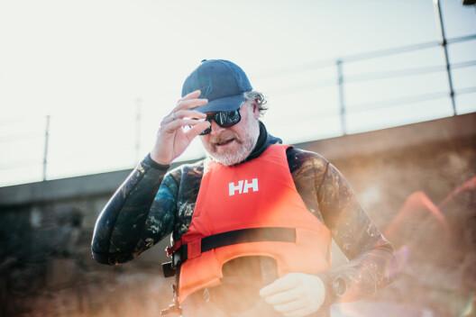 – Jeg har blyvest på så denne redningsvesten har vel egentlig ikke så mye for seg, sier Aleksander Nordahl og klyver opp i båten.