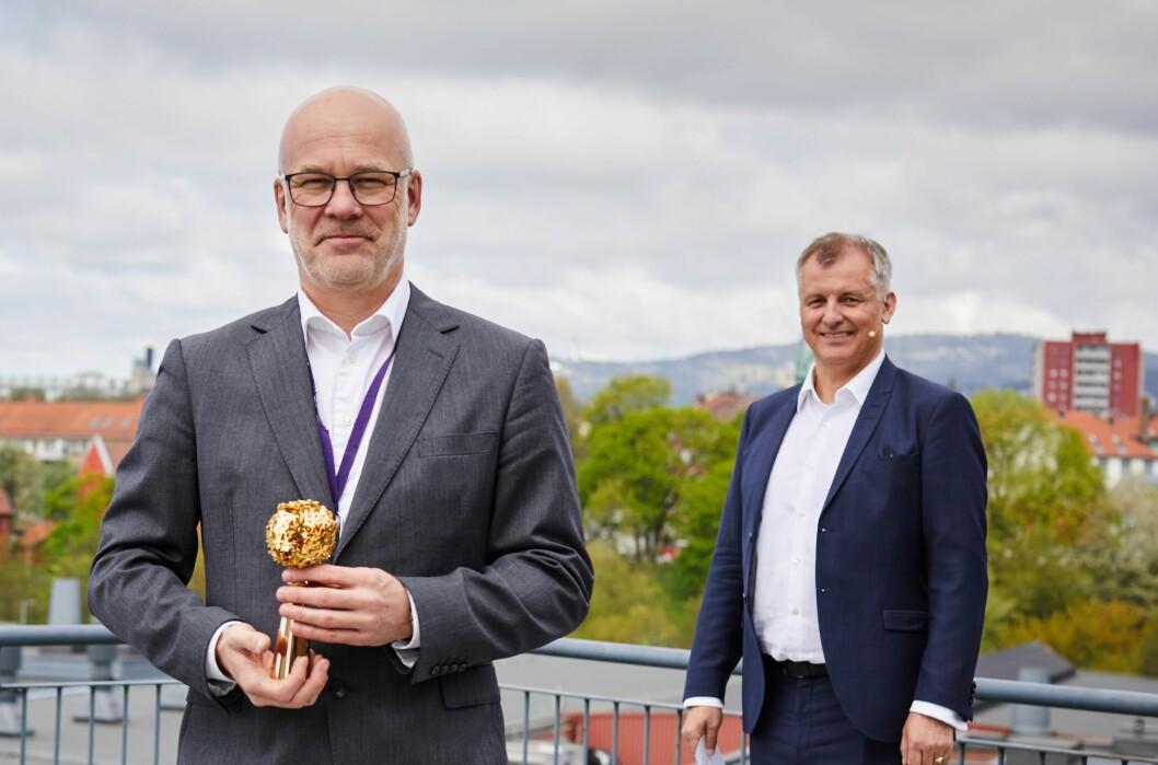 Kringkastingssjef Thor Gjermund Eriksen fikk overlevert symbolet på at NRK er landets mest populære bedrift av Randstad-sjef Eivind Bøe.