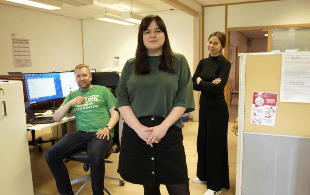Journalist Marit Folkedal Lussand (midten) er ny debattansvarleg i Hordaland. Her på desken i redaksjonen saman med utgåvesjef Terje Hjartnes og redaktør Guro Valland.