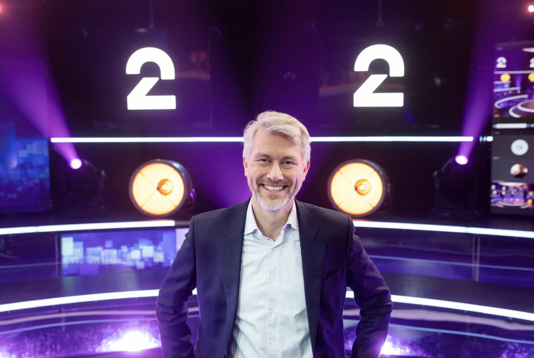 TV 2-sjef Olav T. Sandnes foran den nye logoen til kanalen.