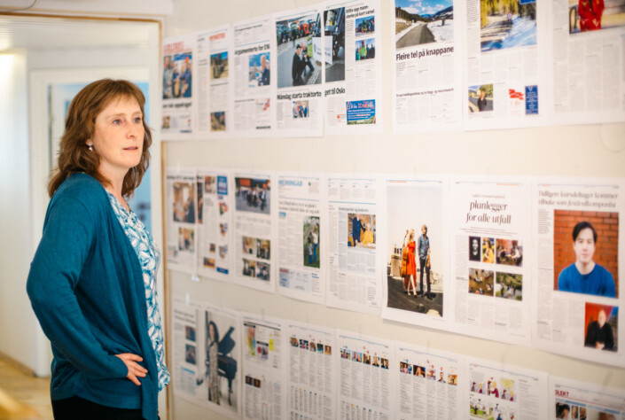 Redaktør Hilde Lysengen Havro mener det er mye lettere å få oversikt over morgendagens utgave om den henger på veggen.
