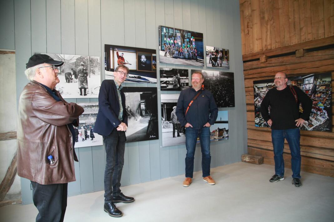 De stiller ut pressebilder: Fra venstre Jan Tore Glenjen, Arvid Bertheau Johannessen (sønn av Kjell Bertheau Johannessen), Geir A. Carlsson og Erik Wiggo Larsen.