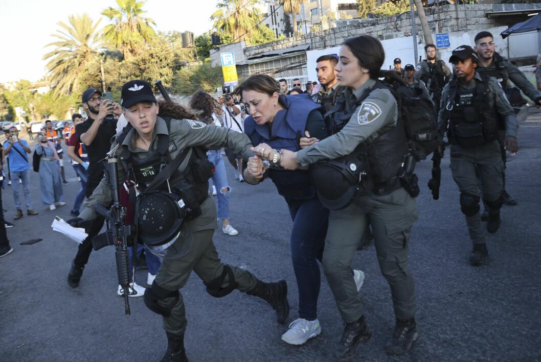 Her blir Al Jazeera-journalisten Givara Budeiri pågrepet av israelske sikkerhetsstyrker.