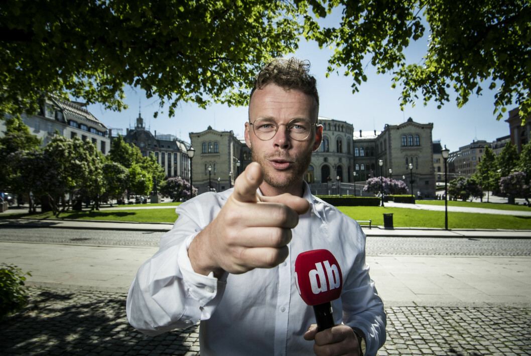 Dagbladets Steinar Suvatne har fått låne den berømte pekefingeren til TV 2s Oddvar Stenstrøm.