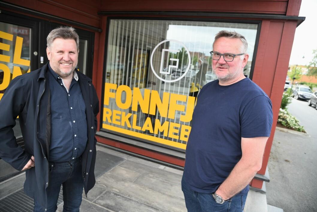 Svein Halvor Moe (t.v.) selger lokalavisen i Meråker til TA Media og John Arne Moen.