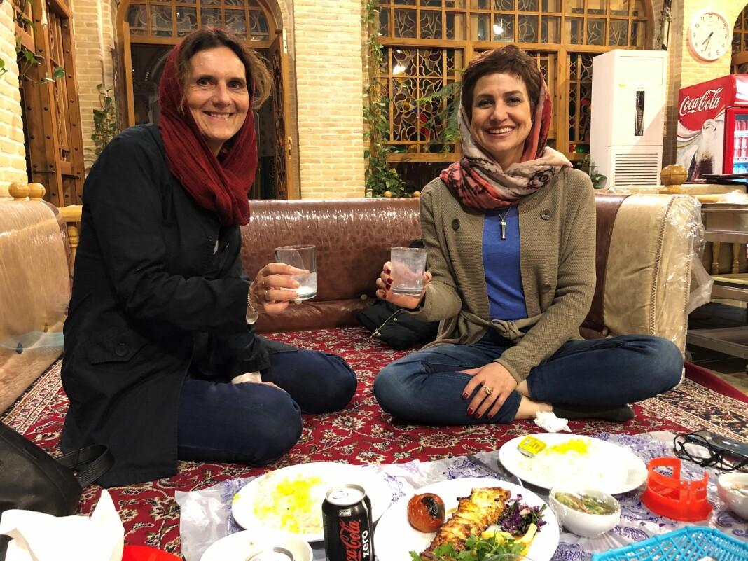 Sidsel Wold og fikseren Afsaneh Ostovar spiser lunsj i Isfahan i Iran. De har jobbet sammen tett og jevnlig siden 2008. Afsaneh Ostovar jobber som offisiell tolk for det iranske kulturdepartementet, og hjelper Wold med tillatelser og pressekort når hun får pressevisum i Iran.
