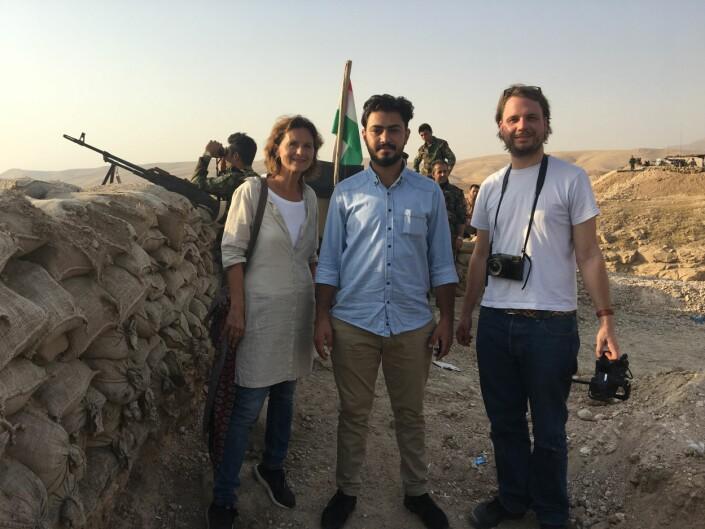 Sidsel Wold med fikser og tolk Nechirvan Mando og NRK-fotograf Christian Kråkenes. Her ved en av militærpostene til peshmergastyrkene i Nord-Irak, ved fronten mot IS. Wold og Mando jobbet sammen i flere år.