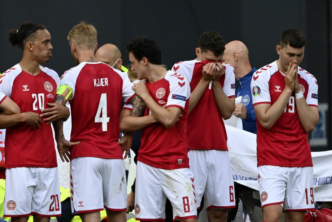 De danske spillerne samlet seg i ring rundt Eriksen mens han fikk livreddende førstehjelp.