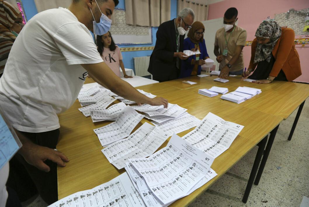 Mens valgfunksjonærer teller stemmer i parlamentsvalget har Algerie valgt å trekke tilbake akkrediteringen til nyhetskanalen France 24.