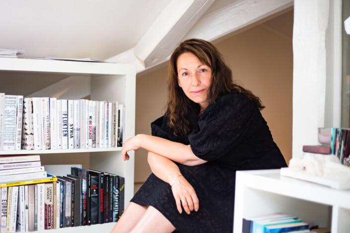 Quintano jobber på et lite loft i leiligheten sin. Bokhyllene bærer en stor samling med litteratur om mennesker på flukt.