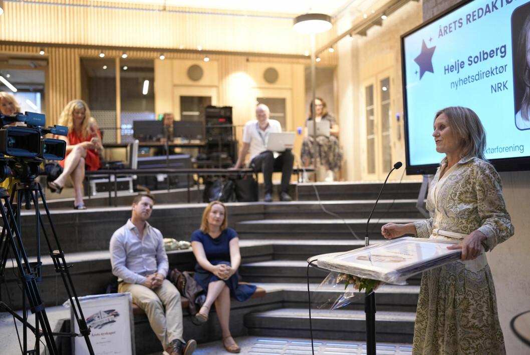 Nyhetsdirektør Helje Solberg tar imot prisen for Årets redaktør 2021.