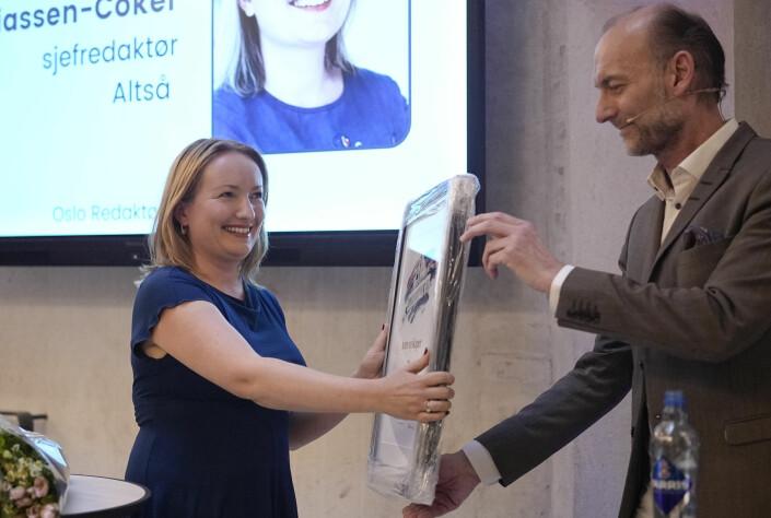 Altså-redaktør Ida Elisassen-Coker tar imot prisen fra juryleder Knut Olav Åmås.