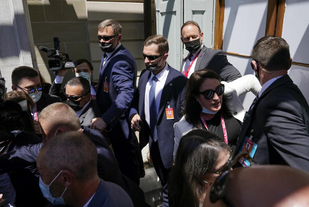 Amerikanske og russiske sikkerhetsstyrker og russiske journalister forsøkte å holde igjen amerikanske journalister som ville slippe nærmere de to presidentene.
