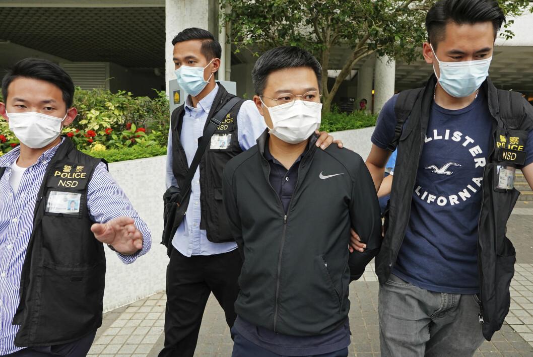 Fem personer ble pågrepet, blant dem sjefredaktør Ryan Law, da politiet raidet den prodemokratiske avisa Apple Daily i Hongkong torsdag. De er alle siktet etter Kinas nasjonale sikkerhetslov for Hongkong.