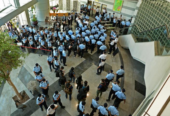 Mange titalls politibetjenter entret kontorlokalene torsdag morgen.