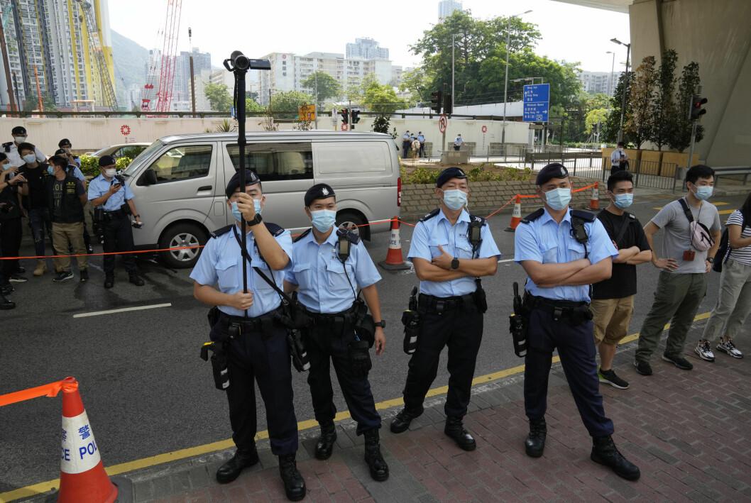 Politibetjenter holder vakt utenfor rettsbygningen i Hongkong.
