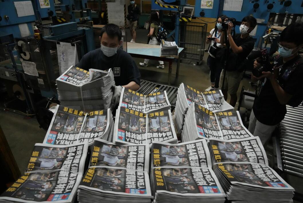 Flere hundre politibetjenter raidet avisa Apple Dailys lokaler og pågrep fem ledere i forrige uke. Senere ble avisas bankkontoer fryst.