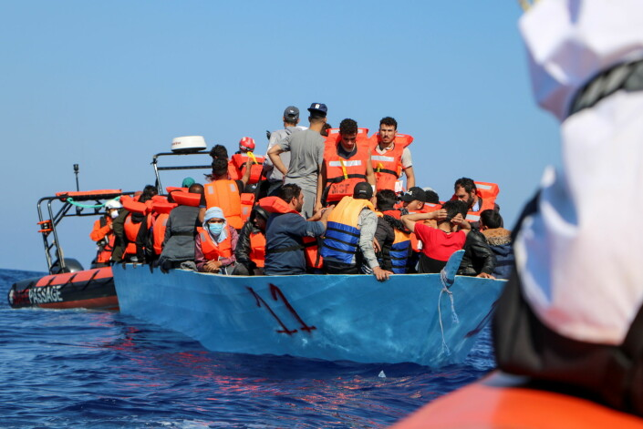 Et team fra Leger Uten Grenser hjelper folkene om bord på en overfylt båt utenfor kysten av Libya. Bildet er tatt 11. juni i år.