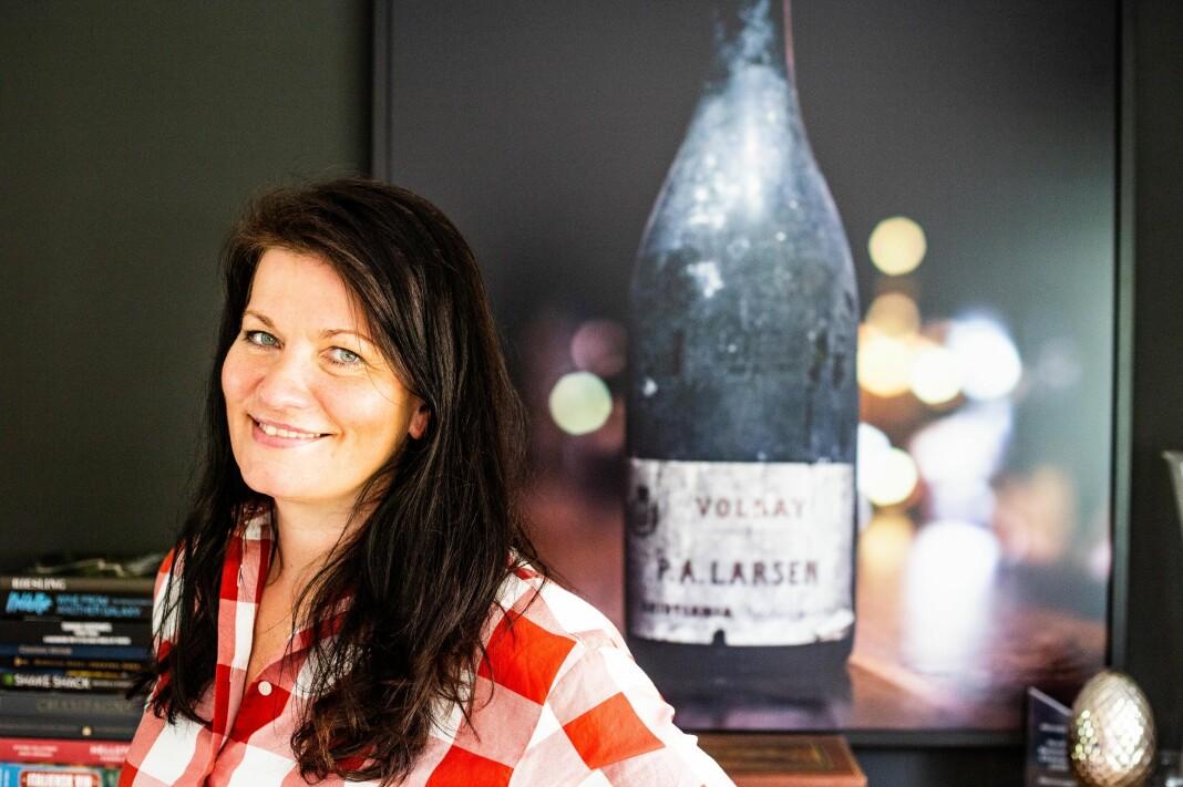 Merete Bø er fulltidsansatt vinjournalist i Dagens Næringsliv. Som vinekspert har Bø smakt noen av de beste vinene i verden. En av hennes favoritter har hun også bilde av hjemme i stuen. Bildet viser en flaske Volnay kjøpt på fat fra Burgund av vinhandler P. A. Larsen før Vinmonopolets fødsel.