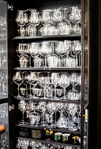 Merete Bø har en enorm samling med vinglass hun har fått av ulike vinprodusenter rundt omkring i verden.