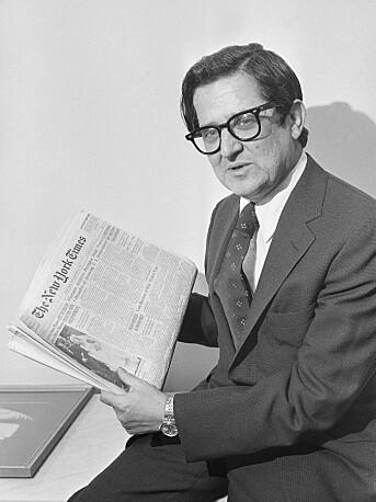 NYT-redaktør A.M. Rosenthal viser fram forsiden til den første avisen i serien med «Pentagon Papers».