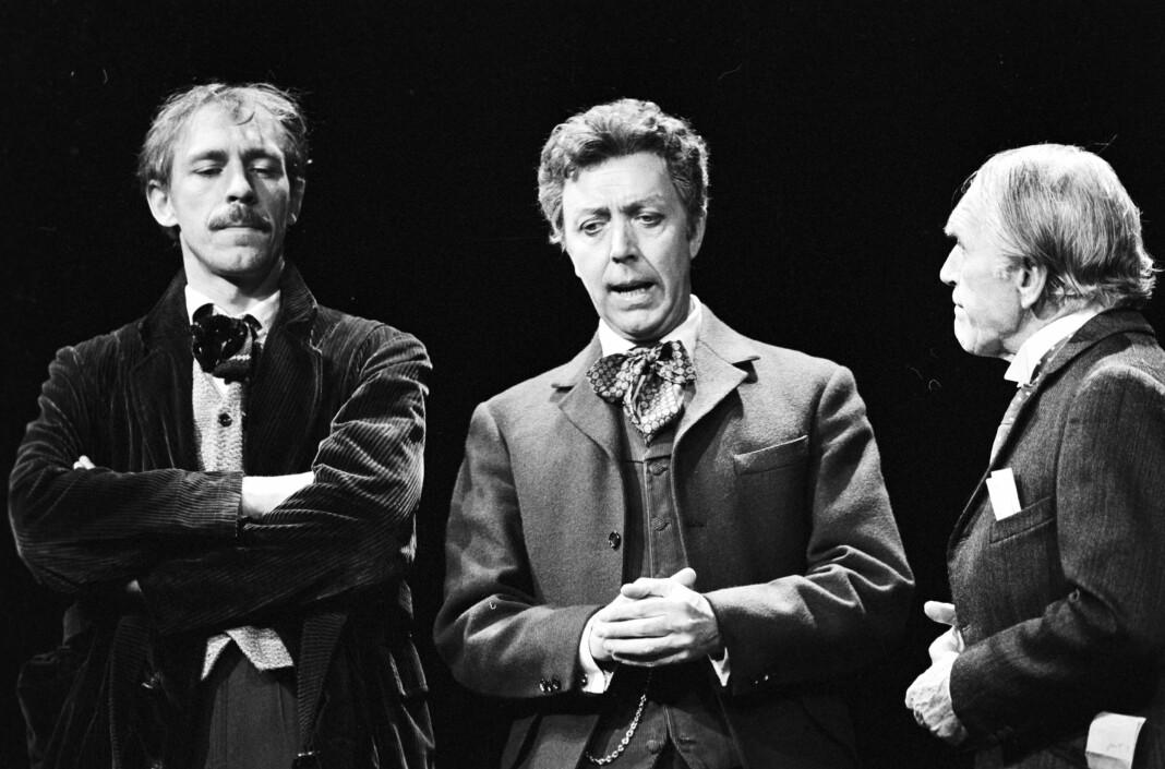 Fra Nationaltheatrets oppsetning 1979. Doktor Stockmann (Per Theodor Haugen) mellom Hovstad (Knut Husebø, t.v.) og boktrykker Aslaksen (Arne Bang-Hansen).