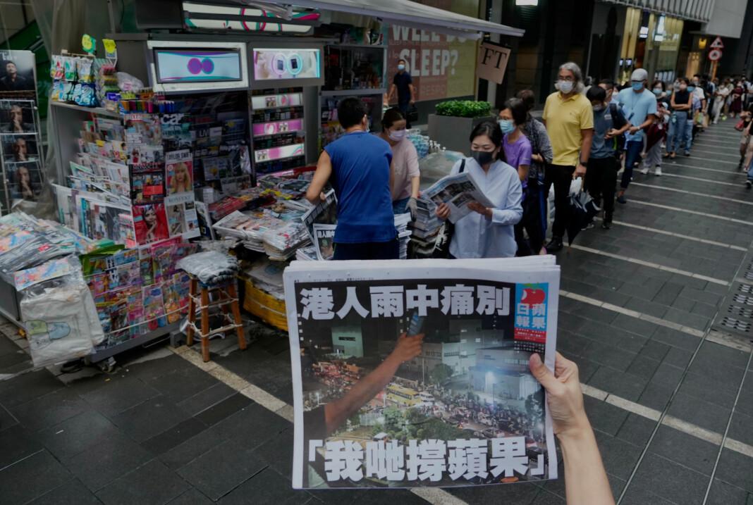 Det dannet seg lange køer da den aller siste utgaven av den demokrativennlige avisen Apple Daily ble lagt ut for salg torsdag.