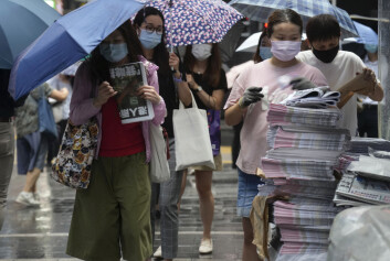Flere aviskiosker ble utsolgt for den siste utgaven av avisen Apple Daily i løpet av minutter torsdag morgen.