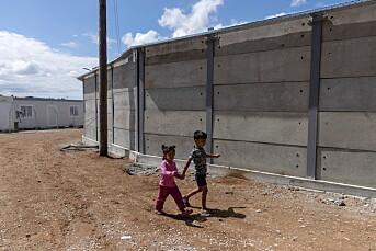Greske myndigheter bygger nå høye betongmurer rundt flyktningleirene: – De færreste journalister kommer inn