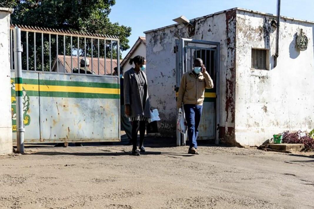 Jeffrey Moyo på vei ut av Bulawayo-fengselet i sammen med sin advokat Amanda Ndlovu.