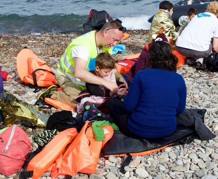 Tommy Olsen jobber som frivillig. Her hjelper han flyktninger som ankommer Europa via Egeerhavet i 2016.