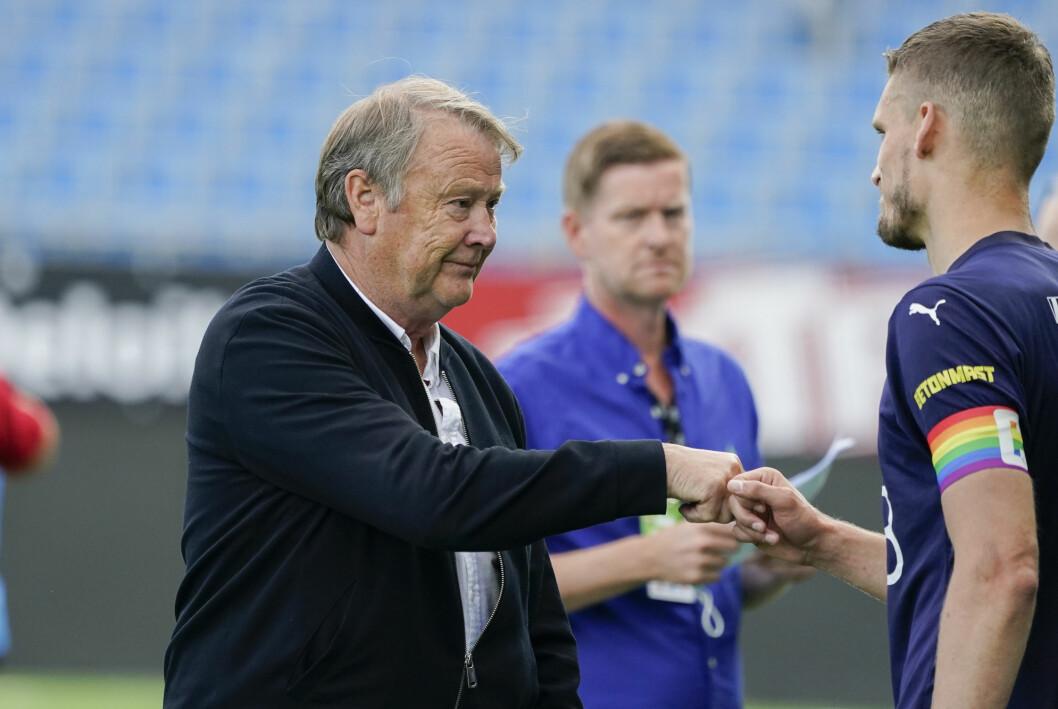 Rosenborg-trener Åge Hareide takker Gustav Valsvik, med regnbueflagget på armen, for kamp.