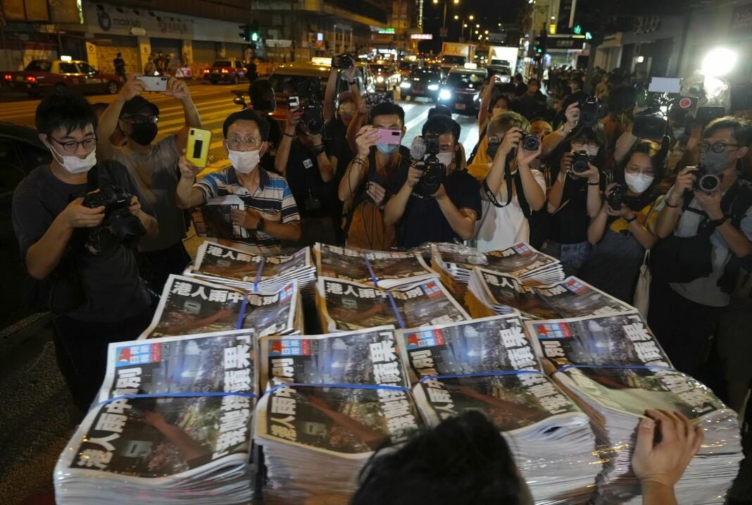 Folk strømmet til da den siste utgaven av den prodemokratiske Hongkong-avisa Apple Daily dukket opp hos avisselgere torsdag.