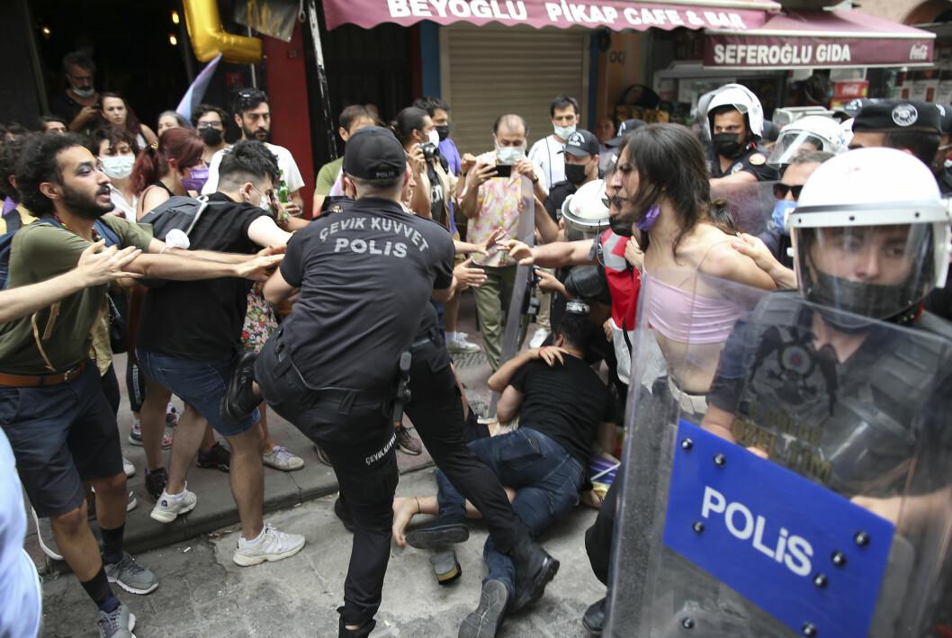 Deltakere på en pride-markering i Istanbul pågripes av politiet lørdag.