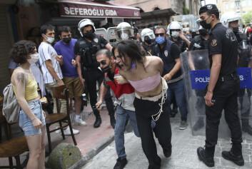 Flere ble pågrepet da tyrkisk politi aksjonerte mot en pride-markering i Istanbul lørdag, blant dem en AFP-fotograf.
